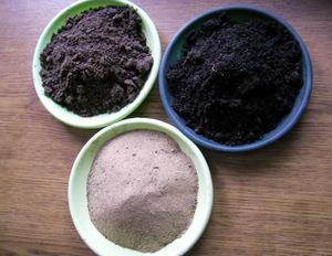 Подкормку проводят при помощи удобрений, которые добавляют в землю (чаще во время полива)